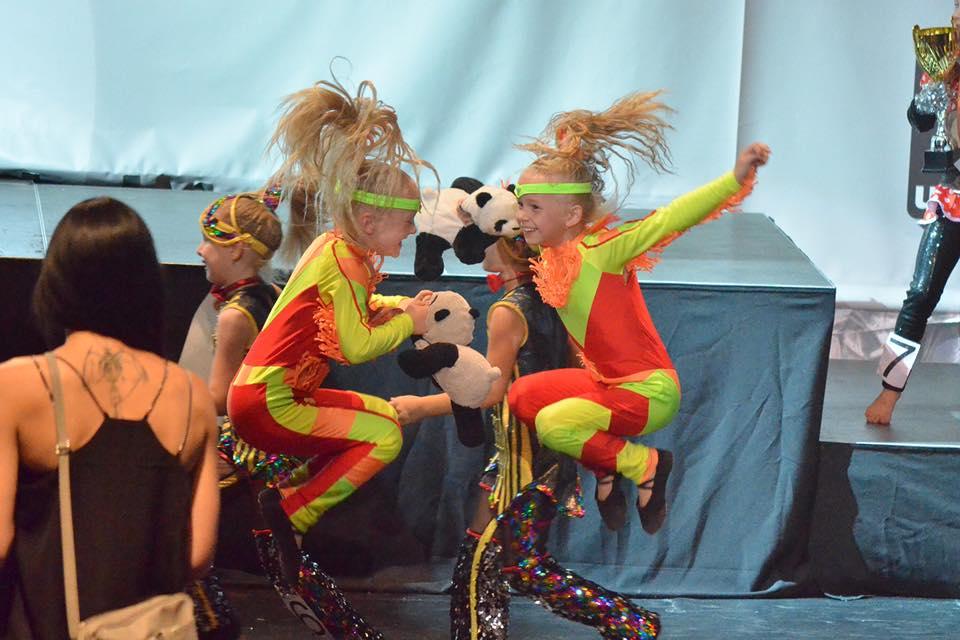 Majsterky-Slovenska-2018-Mini-disco-dance-duo-Nellka-a-Romanka-sa-tešia-zo-svojho-vířazstva